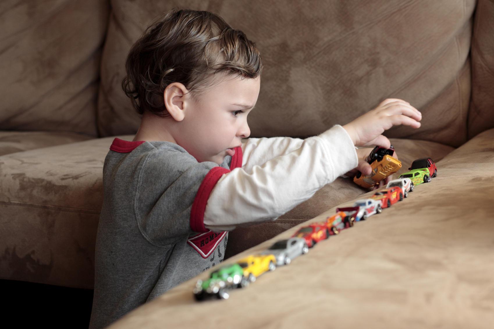 Аутизм связан с наследственными изменениями в строении мозга